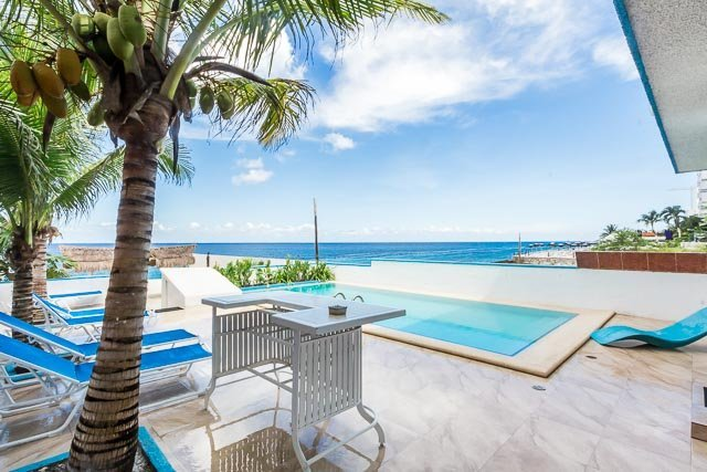 Villa Princesa—7 Bedrooms, Oceanfront, Bike Path to Town, vacation rental in Cozumel