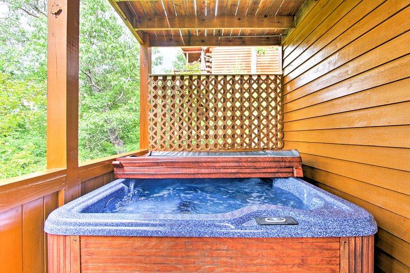 Recuperate nella vasca idromassaggio privata dopo una lunga giornata all'aperto.