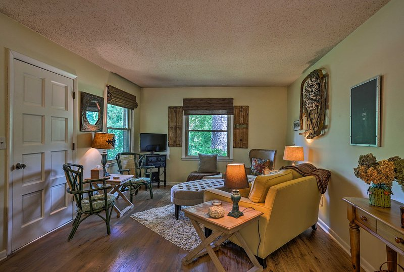 Find this peaceful Greenbrier vacation rental just minutes outside of Nashville!