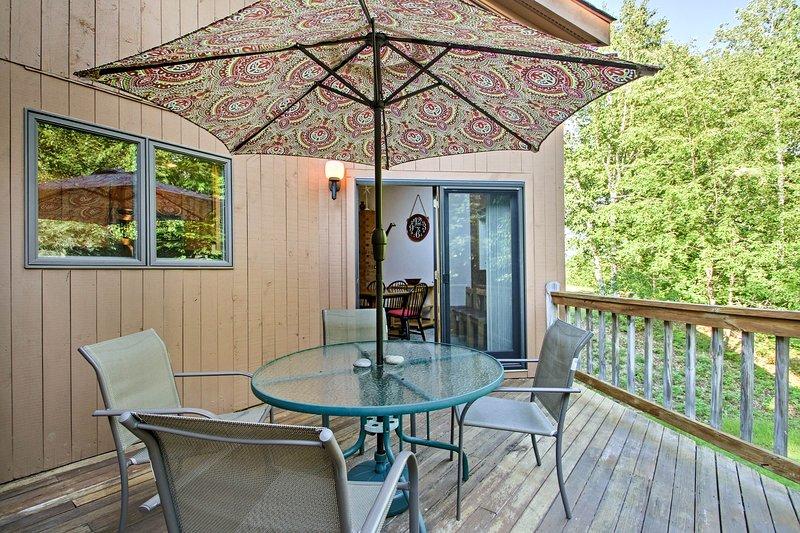 La terrasse meublée est l'endroit idéal pour profiter des soirées.