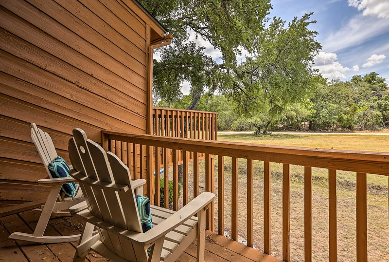 Cozy Condo w/ Patio & Grill < 2 Mi to Jacob's Well, holiday rental in Driftwood