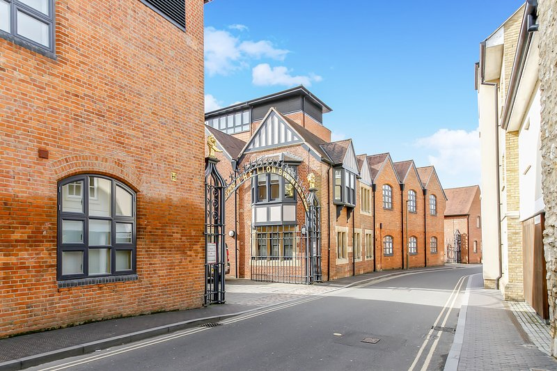 Historic Lion Brewery Apartment, vacation rental in Botley