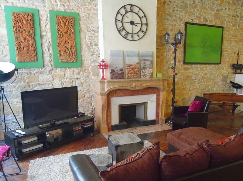 Salon avec canapé et coin télévision.