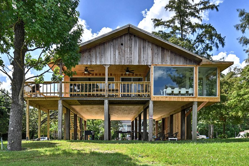 San Jacinto River Home w/Deck, Games & Grill!, holiday rental in Highlands