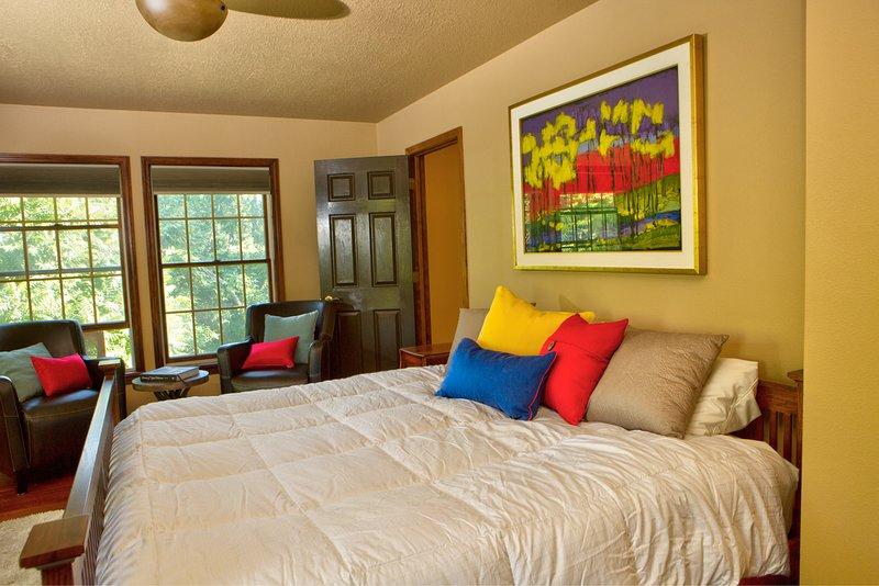 Despiértese con una vista panorámica de las copas de los árboles desde su cómoda cama tamaño king.