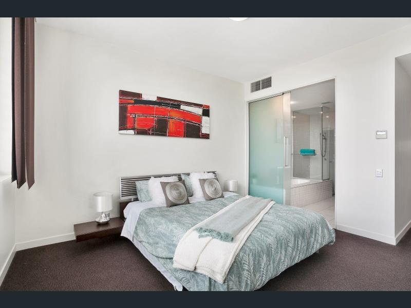 Master bedroom with King size bed and unsuite