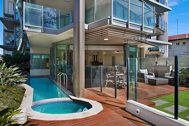 Kirra Wave 102 - Enjoy luxury beachfront at North Kirra - Min. 3 night stays!, holiday rental in Bilambil Heights
