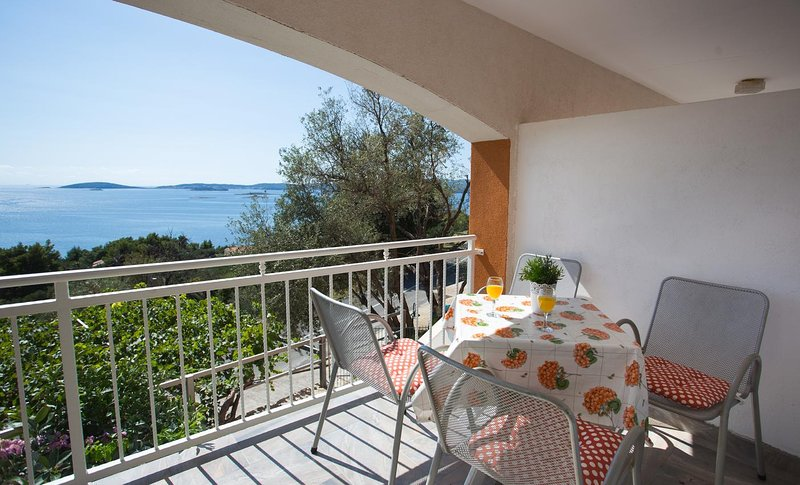 Podstup Apartment Sleeps 3 with Pool and Air Con - 5459610, vacation rental in Stankovici