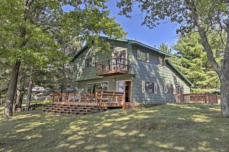 Lakefront Cabin w/ Boathouse, Canoe, Deck & Sauna!, alquiler de vacaciones en Barnes