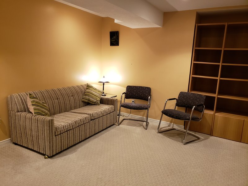 Comfy and Cosy Fully Furnished Basement Apartment, holiday rental in Unionville
