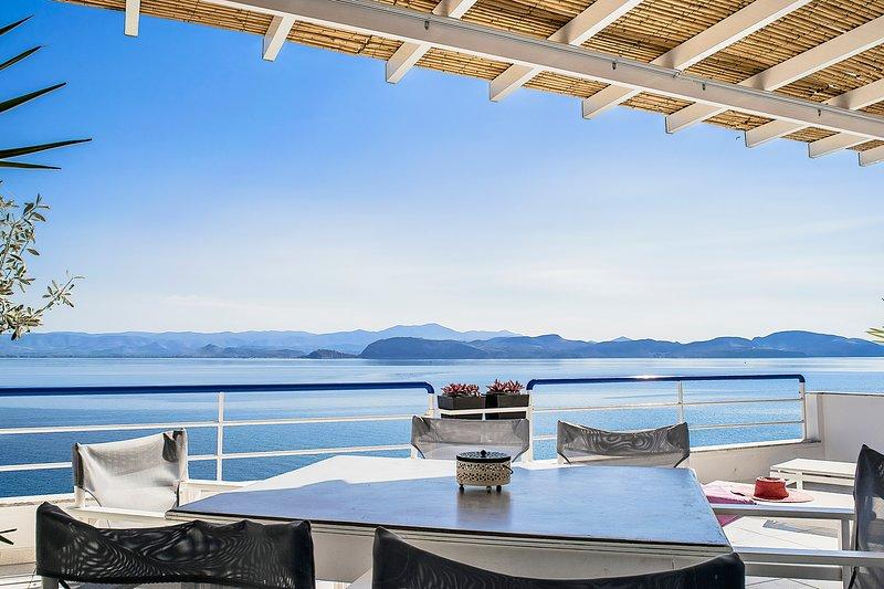 Unique beach Loft Apartment | Amazing sea view balcony | near Nafplio, Mycenae, location de vacances à Kiveri