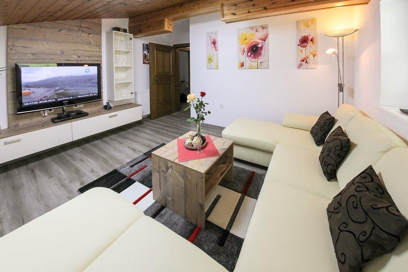 """Sala de estar com 42 """"TV e sofá de couro genuíno"""