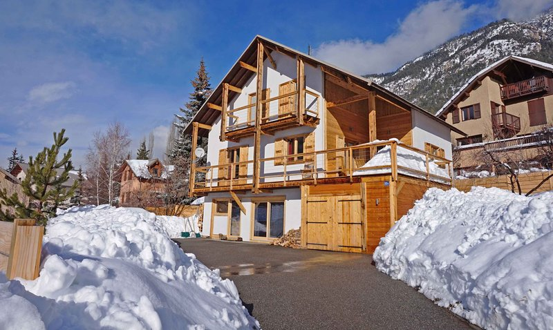 Town centre chalet - walk to ski lifts, shops and restaurants