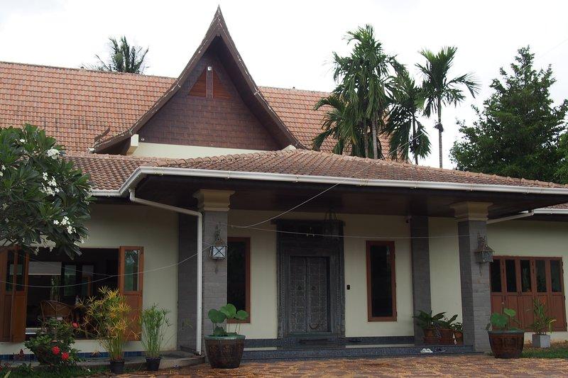 Casa Negra 4 bedroom resort pool villa, close to beaches, nature and more, vacation rental in Pranburi
