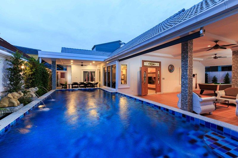 Gala Villa, New Modern Luxury 5 Beds in City, holiday rental in Pattaya