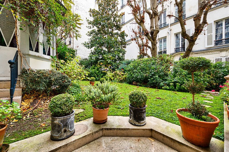 The apartment has a beautiful and large garden and terrace.