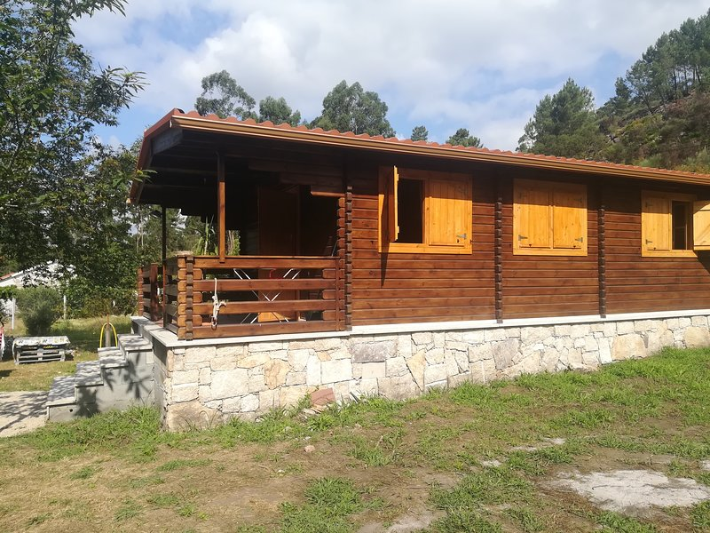 Beautiful chalet with terrace, aluguéis de temporada em Entrimo