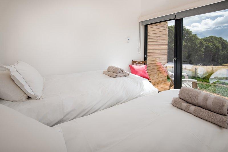 Deuxième chambre compacte avec lits jumeaux.