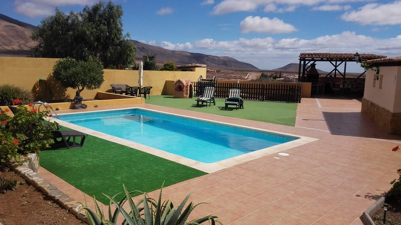 Relax & Recharge in Villa, Heated Pool,Garden,free Wifi, A/C, nr Caleta de Fuste, vacation rental in Betancuria