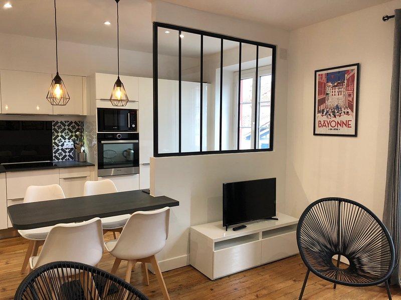 NEW - Charme T3 pour 4 personnes - Tout à pied, holiday rental in Saint-Jean-de-Luz