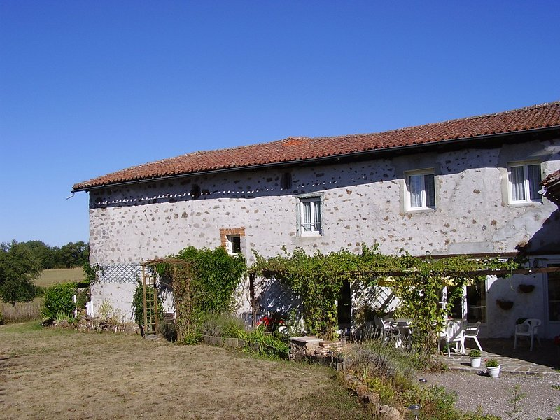 Large Farmhouse In Pretty Hamlet, vakantiewoning in Lesterps