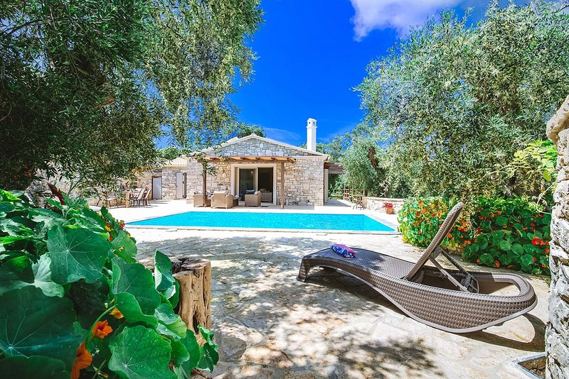 Aristea - 2 BR Villa surrounded by olive groves, alquiler vacacional en Magaziá