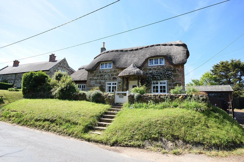 Traditional chocolate box cottage - Little Thatch, Shorwell, Isle of Wight