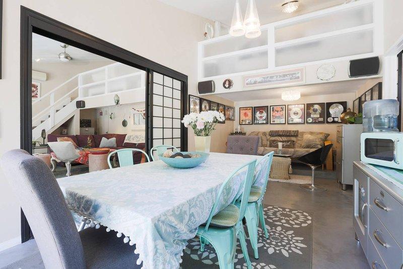 Salle à manger avec futon à l'arrière dans le coin musique ... le futon se déplie en lit double