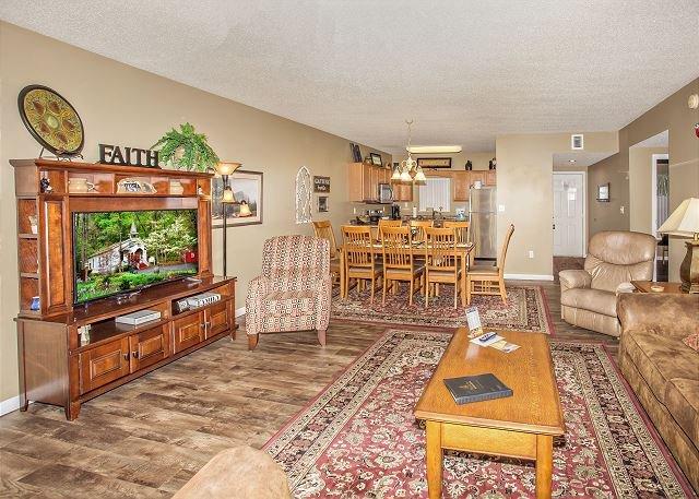 Sala de estar con TV de pantalla plana.