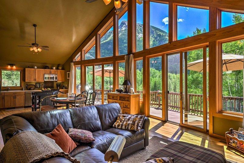 En episk vy hälsar dig på detta Marble Colorado hem!