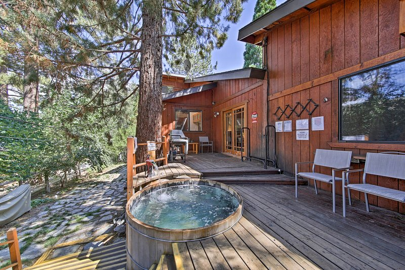 Wrightwood House w/ Fire Pit - Hike & Ski Nearby!, aluguéis de temporada em Wrightwood