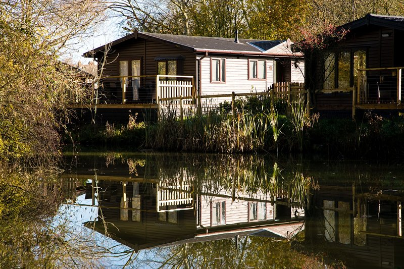 Luxury Wooden Lakeside Lodge BARNACLE Near Longleat, holiday rental in Erlestoke