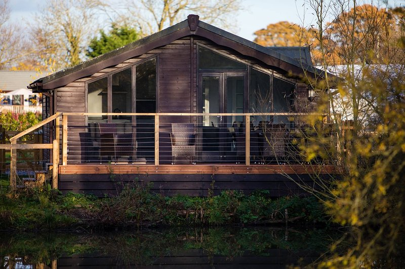 Luxury Wooden Lakeside Lodge DUNLIN with HOT TUB Near Longleat, holiday rental in Erlestoke