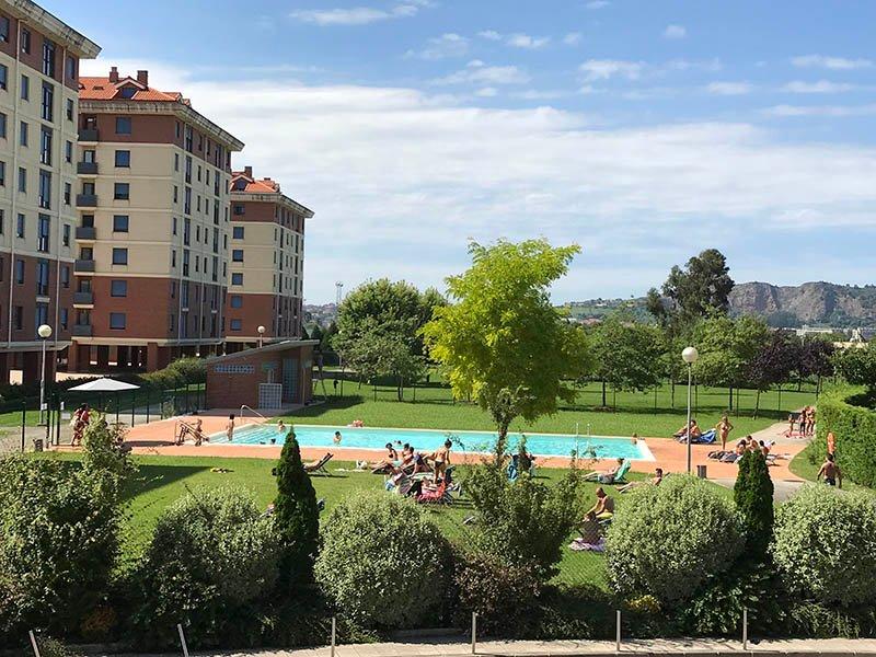 Apartamento con piscina exterior, gimnasio y spa cerca de Santander, alquiler vacacional en Parbayón