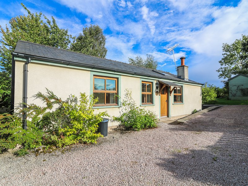 SUNNY HILL, romantic, pets, character holiday cottage, with open fire in Great, holiday rental in Askham