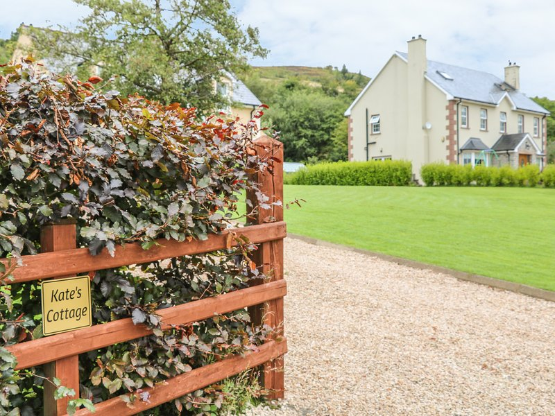 KATE'S COTTAGE, overlooks the mountains, in Rathmullan, holiday rental in Rathmullan