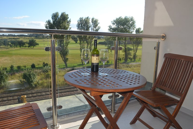 Golf View Apartment with Panoramic Views of Carnoustie Golf Links, holiday rental in Carmyllie