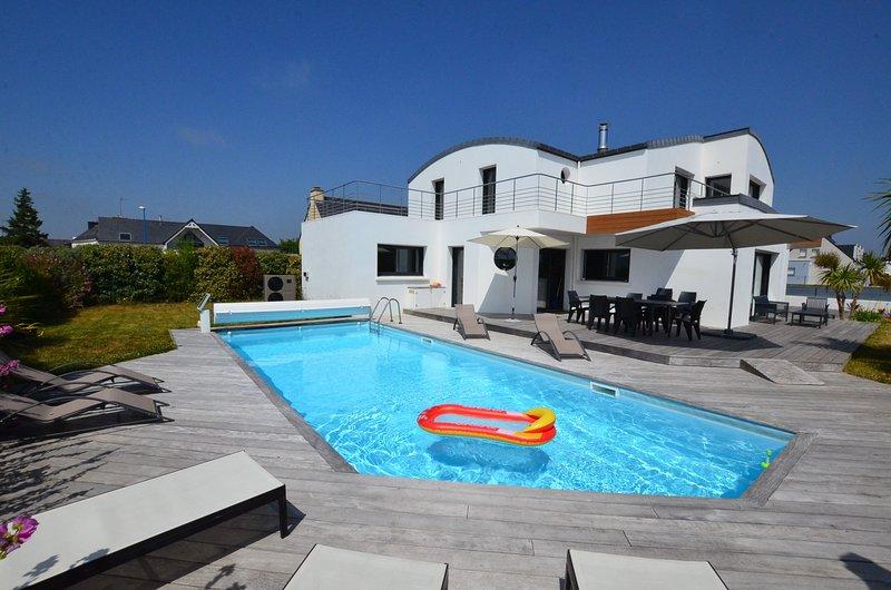 Villa avec piscine et spa bord de mer pour 12 personnes, 210m2, holiday rental in Doelan