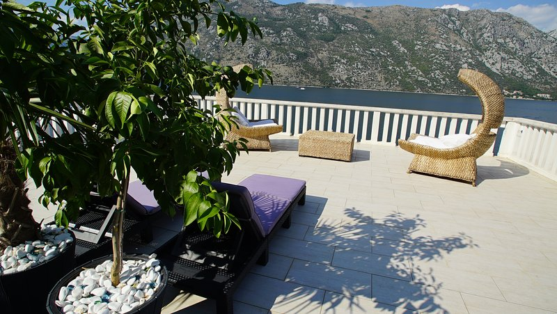 Up to 16 beds! PENTHOUSE STOLIV + 2 Seafront apartments on 2:nd floor 180 m2, alquiler vacacional en Kotor
