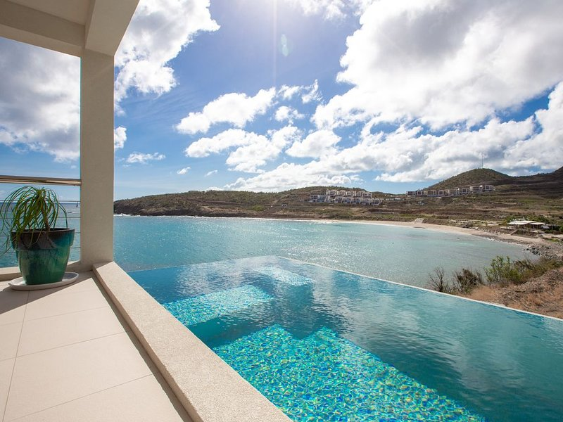 OCEANS EDGE 22... Modern oceanfront villa in Indigo Bay!, holiday rental in Cole Bay