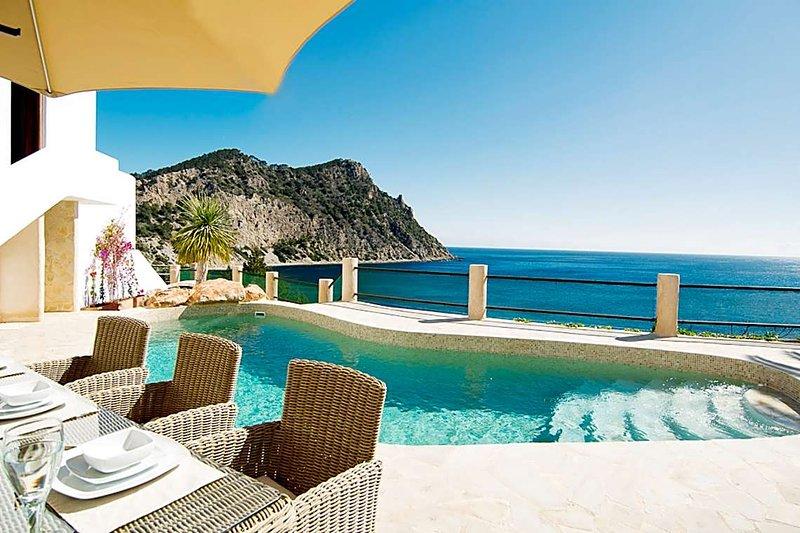 Cala Llonga Villa Sleeps 10 with Pool Air Con and WiFi - 5669277, vacation rental in Roca Llisa