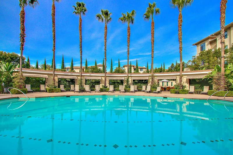 Global Luxury Suites at The Village, holiday rental in Tustin