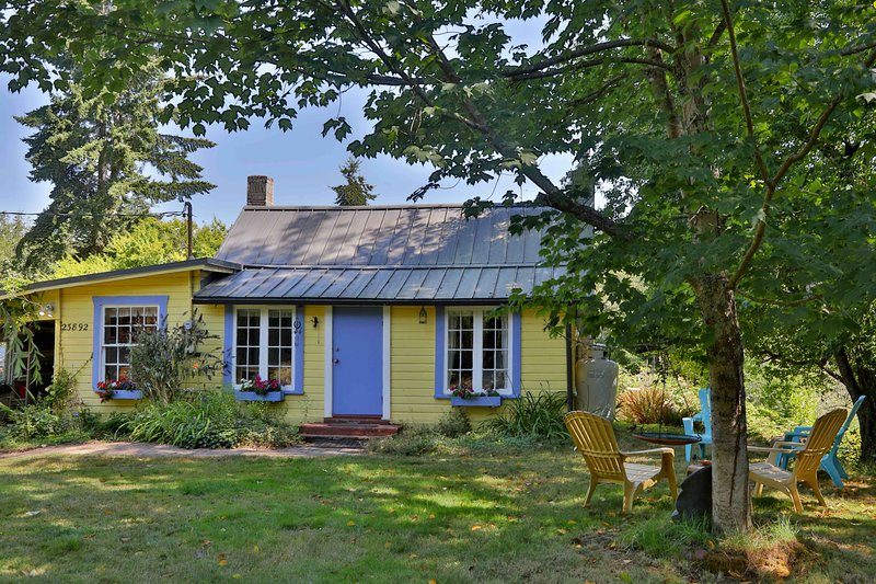 ❈ 1930's Cottage on 13 Acres w/Hot tub ❈Pets welcome!, vacation rental in Clinton