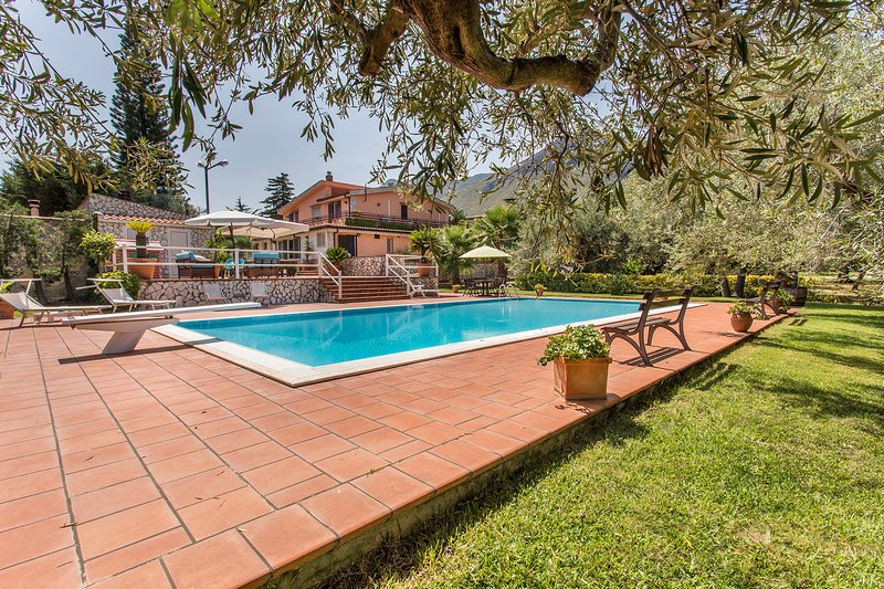 *Sikelia luxury Home* exclusive villa with FANTASTIC pool  to 25 km from Palermo, location de vacances à Ciminna