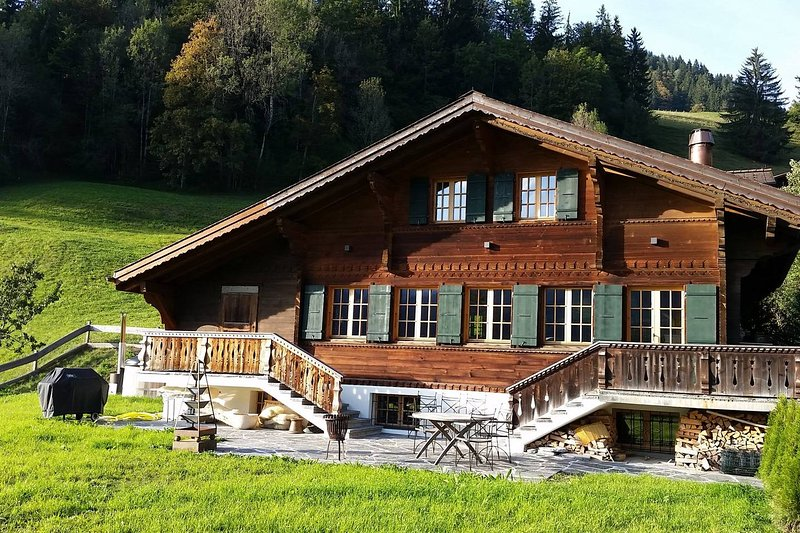 Luxurious Chalet with Hot Tub right next to Gstaad, holiday rental in Canton of Bern