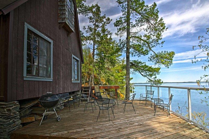 Cozy Stop Island Cabin w/Boat Dock & Beach!, location de vacances à Fort Frances