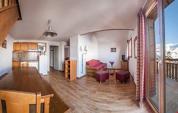 Genießen Sie Ihre Gruppe im charmanten Wohnraum und in der Einbauküche.