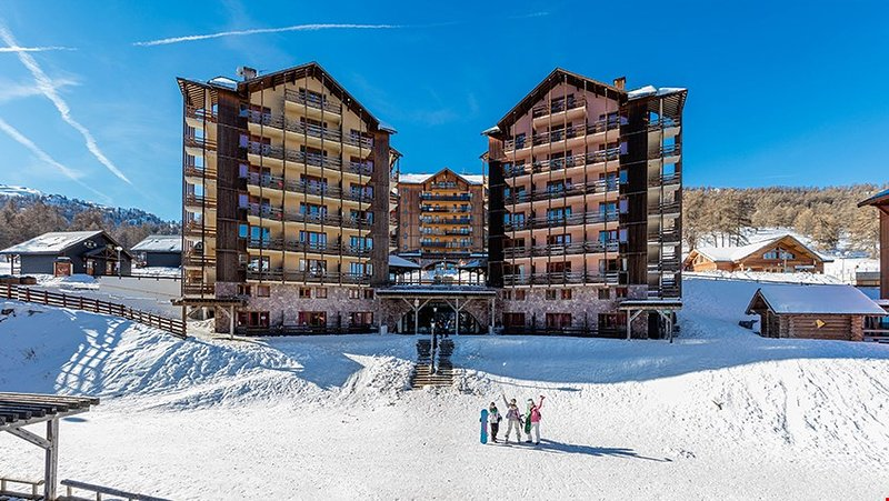 Enjoy the spectacular setting and close proximity to the pistes!