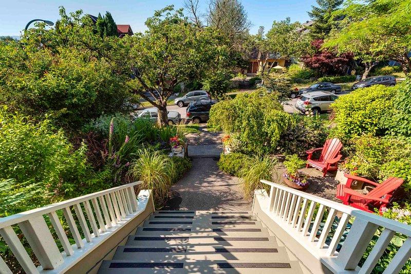 Die Treppen hinunter und nur 1 1/2 Blocks zu Commercial Drive Geschäften und Restaurants.