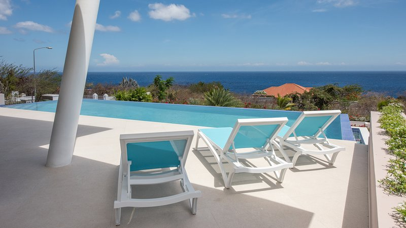 Extra Large Infinity Ocean View Pool